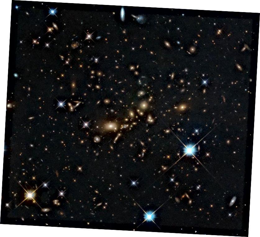На гэтым касмічным тэлескопе Хаббл NASA / ESA паказаны масіўны кластар галактык PLCK_G308.3–20.2, які ярка свеціцца ў цемры. Менавіта так выглядаюць вялізныя ўчасткі далёкага Сусвету. Але наколькі далёкая Сусвет, як мы яе ведаем, у тым ліку і нябачная частка, працягваецца? (ESA / HUBBLE & NASA, RELICS; БЕЛАРУСЬ: D. COE ET AL.)