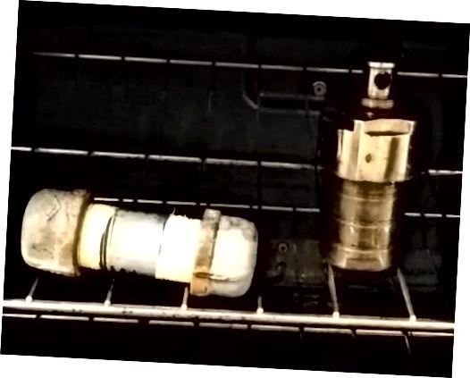 כור מתאים צינור תוצרת בית (משמאל) לעומת כור פלדה אל חלד / טפלון מסחרי (מימין)