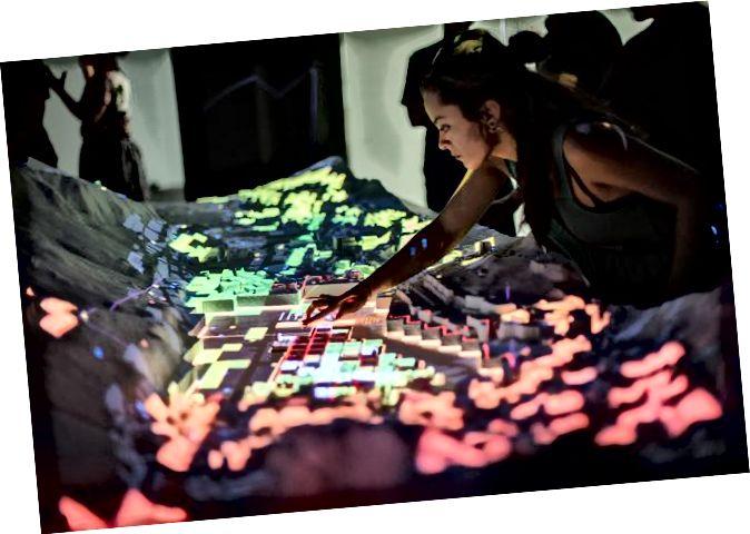 CityScope Andorra היא פלטפורמה מוגברת בתלת מימד המציגה נתונים אורבניים מורכבים על מודל בקנה מידה קטן של המדינה. קרדיט: אריאל נוימן / מעבדת המדיה של MIT