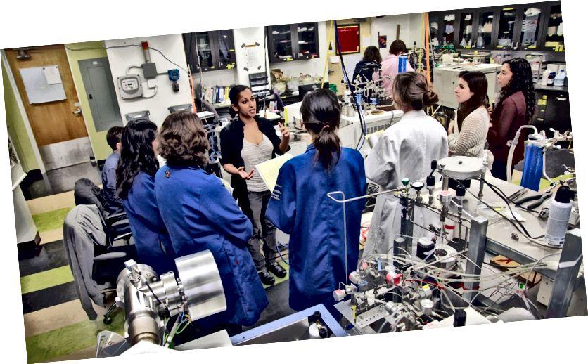 Арадная Трыпаці праводзіць сустрэчу ў сваёй лабараторыі UCLA. UCLA