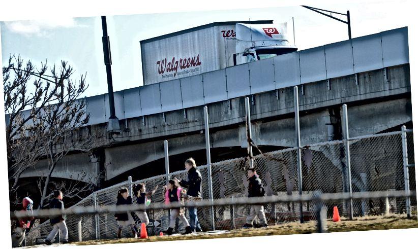 Шаша з выглядам на дзіцячую пляцоўку пачатковай школы ў Дэнверы. Кэтрын Скот Ослер / Аўтар / Геці Імідж