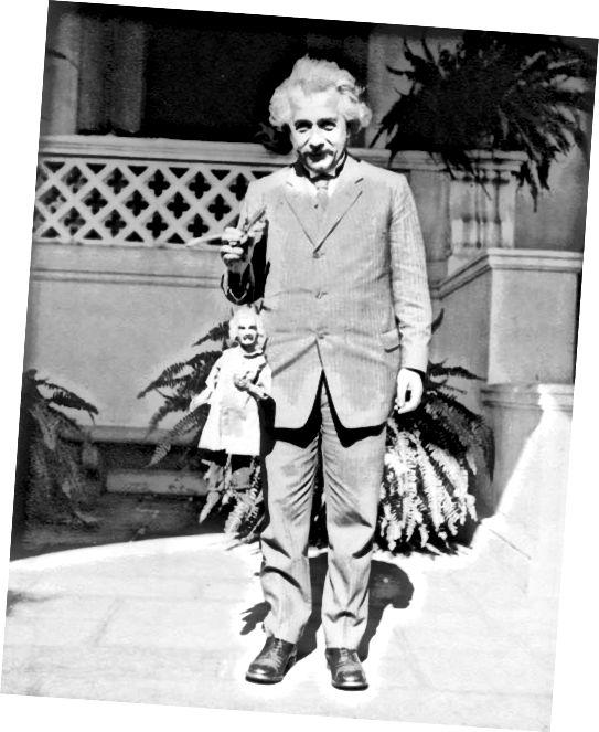 Albert Einstein hält eine Albert Einstein Puppe