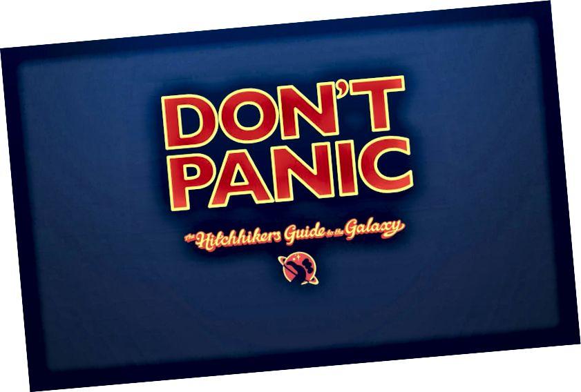 """Ein klassischer Science-Fiction-Roman von Douglas Adams, der Elon Musk inspirierte. Sie können das Motto des Buches """"Nicht in Panik geraten"""" im Dashboard des Starman."""