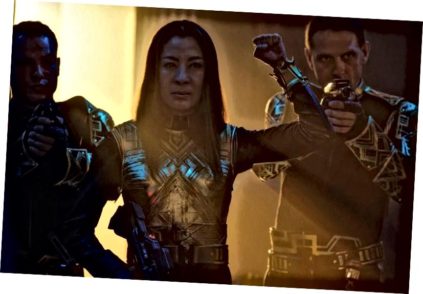 Der Kaiser wird als Gefangener vor Lorca gebracht, und Burnham verhandelt nach besten Kräften, um Discovery zu retten. Bildnachweis: Ben Mark Holzberg / CBS © 2017 CBS Interactive.