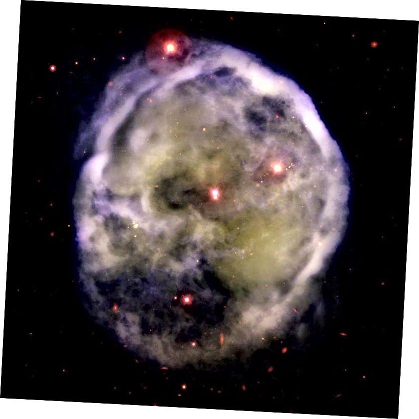 Maglica NGC 246 poznatija je kao Maglina lubanje po prisutnosti njezinih dva užarena oka. Središnje oko je zapravo par binarnih zvijezda, a manja, slabija, odgovorna je za samu maglicu, jer ispucava vanjske slojeve. U zviježđu Cetusa udaljeno je samo 1600 svjetlosnih godina. Shvaćajući to kao više od jednog objekta zahtijeva sposobnost da se riješe ove značajke, ovisno o veličini teleskopa i broju valnih duljina svjetla koji se uklapaju u njegovo primarno ogledalo. (GEMINI JUŽNI GMOS, PUTNIK ZA PUTOVANJE (UNIV. ALASKA))