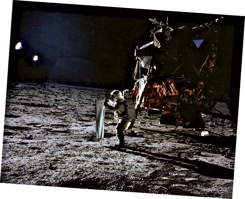 """""""Apollo 11"""" pirmą kartą žmones į Mėnulio paviršių išnešė 1969 m. Čia rodomas """"Buzz Aldrin"""", kuris """"Apollo 11"""" metu rengia Saulės vėjo eksperimentą. Neilas Armstrongas fotografuoja. (NASA / APOLLO 11)"""