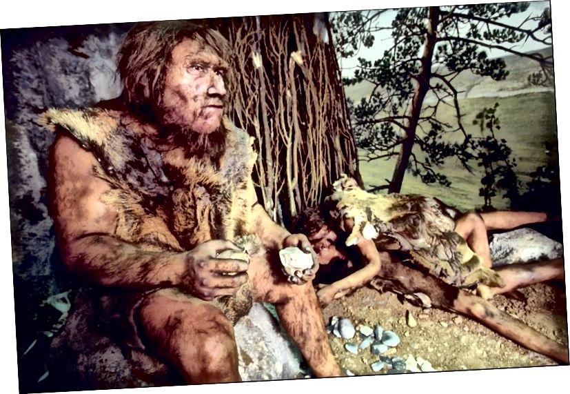 Questa ricostruzione dell'ambiente del periodo paleolitico risale a circa 80.000 anni fa e raffigura un uomo di Neanderthal che vive in quella che si pensa sia una tipica dimora del tempo. (Foto di Xavier ROSSI / Gamma-Rapho via Getty Images)