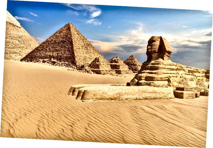 La Sfinge di Giza accanto alle piramidi nel deserto, in Egitto. Le piramidi sopravvissute più antiche risalgono a circa 5.000 anni fa e sono i più antichi monumenti sopravvissuti creati dall'uomo. (Getty)