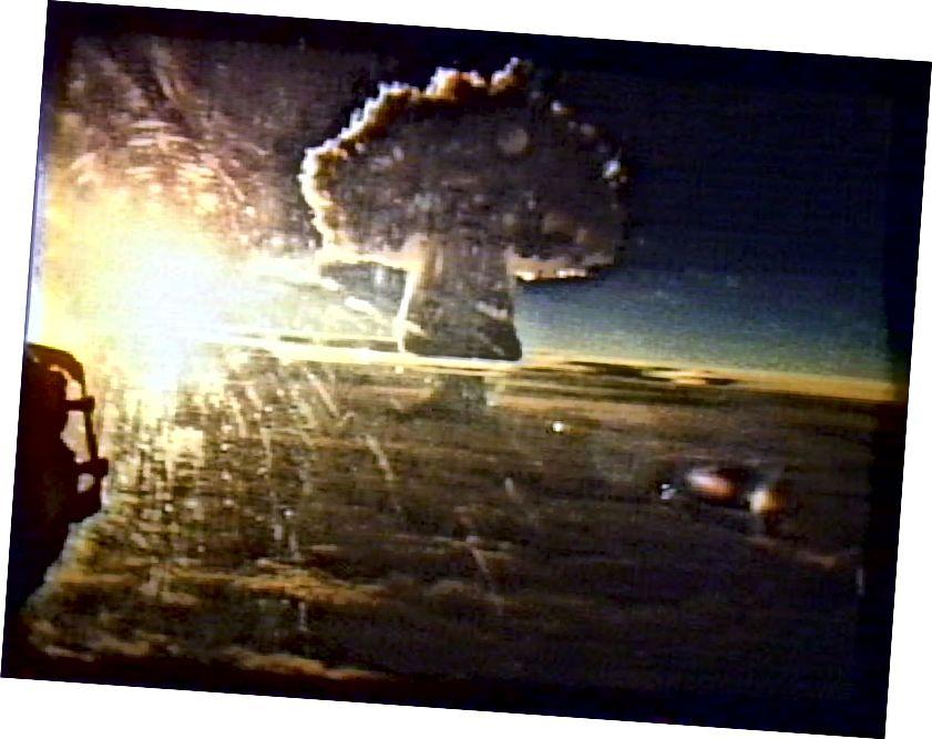 Didžiausias visų laikų žmonių sukeltas sprogimas Žemėje buvo 1961 m. Detonavęs Sovietų Sąjungos caras Bomba. Branduolinis karas ir po jo padaryta žala aplinkai yra vienas iš galimų būdų žmonijai baigtis. Tačiau net jei visi branduoliniai ginklai Žemėje būtų detonuojami iškart, pati planeta liktų nepažeista, parodydama Žemės atsparumą, bet žmogaus civilizacijos trapumą. (1961 m. TAR BOMBA sprogimas; FLICKR / ANDY ZEIGERT)