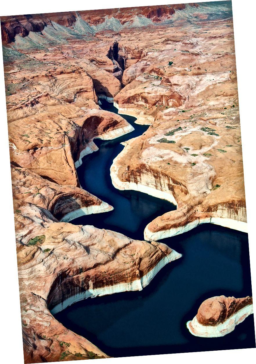 Снимка на Rainer Krienke на Unsplash. Езерото Пауъл (бивш Глен Каньон), САЩ. Късният Дейвид Броуър и други екологични активисти посочиха каньона, потопен под водите на езерото Пауъл на границата с Юта / Аризона като отличен кандидат за възстановяване.