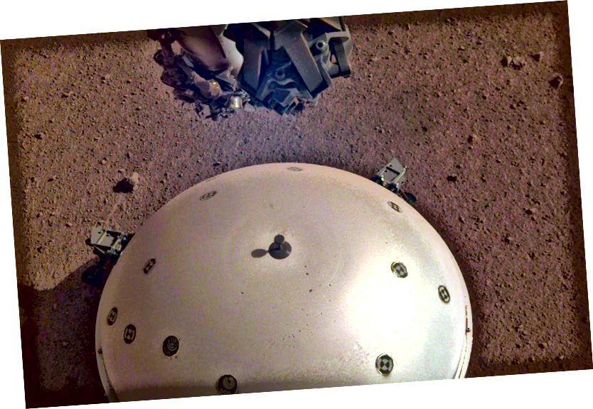 An seisiméadariméadar SEIS ar dhromchla Mhars. Creidmheas íomhá: NASA / JPL-Caltech