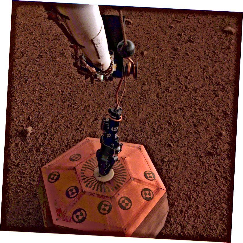 An seisiméadariméadar SEIS atá á imscaradh ar Mars, 19 Nollaig, 2018. Ba é seo an chéad uair riamh a cuireadh seisiméadar ar dhromchla domhan eile. Creidmheas íomhá: NASA / JPL-Caltech