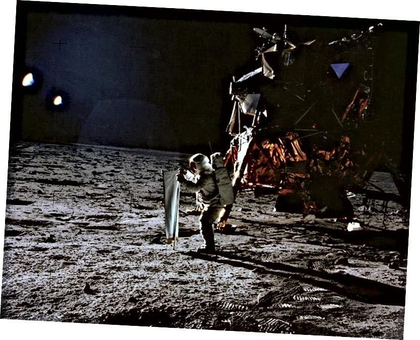 Apollo 11 brachte 1969 zum ersten Mal Menschen auf die Oberfläche des Mondes. Hier ist Buzz Aldrin zu sehen, der das Solarwind-Experiment als Teil von Apollo 11 vorbereitet, wobei Neil Armstrong das Foto macht. (NASA / Apollo 11)