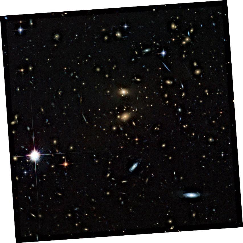 Galaxy Galaxy կլաստերի LCDCS-0829, ինչպես նկատում է Hubble տիեզերական աստղադիտակը: Այս գալակտիկական կլաստերը արագորեն հեռանում է մեզանից, և ընդամենը մի քանի միլիարդ տարի հետո կդառնա անհասանելի, նույնիսկ լույսի արագությամբ: Պատկերային վարկ. ESA / Hubble & NASA: