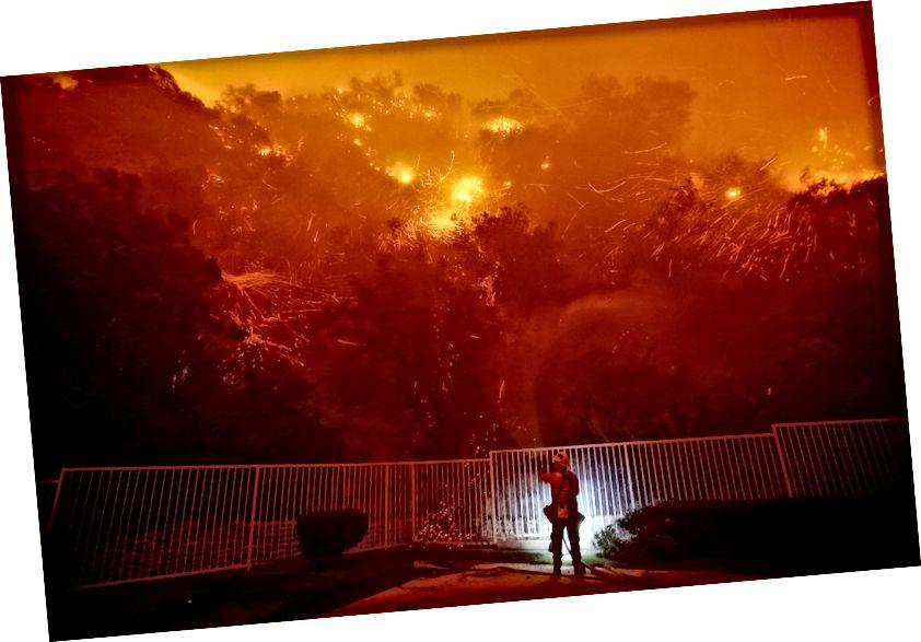Пажар назірае за агнём Каньёна, калі ён гарыць 25 верасня 2017 года ў Кароне, штат Каліфорнія. На здымку: Луіс Сінько / Лос-Анджэлес Таймс праз Getty Images