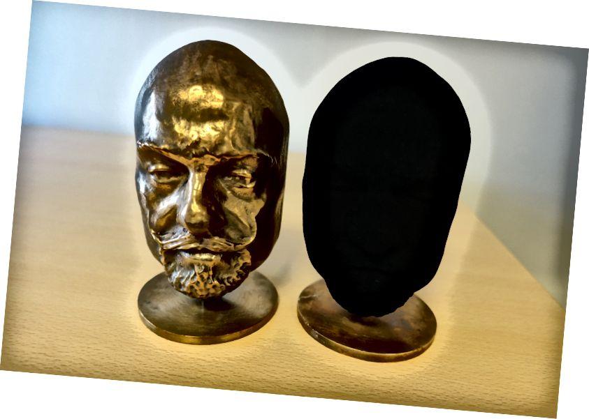 Дзве аднолькавыя статуі. Той, хто справа, абкладзены ў Вантаблаку. Здымак: Surrey NanoSystems
