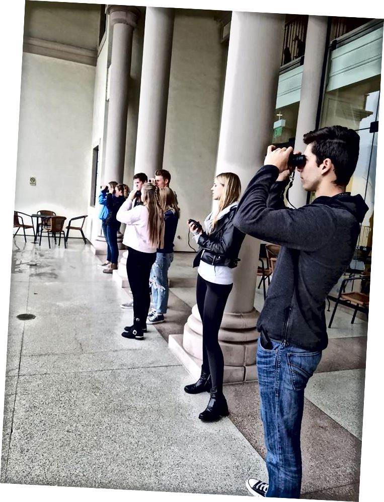 Mahasiswa University of San Diego berlatih menggunakan teropong dan peralatan lain yang diperlukan untuk memantau burung beo perkotaan di lapangan. (Kredit: Janel Ortiz, gambar melalui Proyek Bayan San Diego)