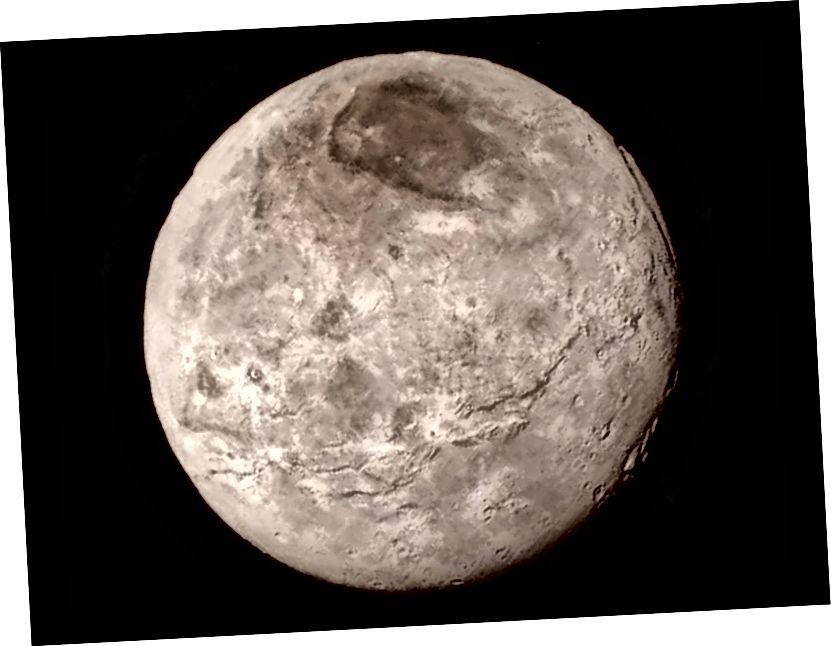 Charon, bulan terbesar Pluto, terlihat di sini oleh pesawat ruang angkasa New Horizons pada tahun 2015. Perhatikan permukaannya yang halus. Kredit gambar: NASA-JHUAPL-SwRI