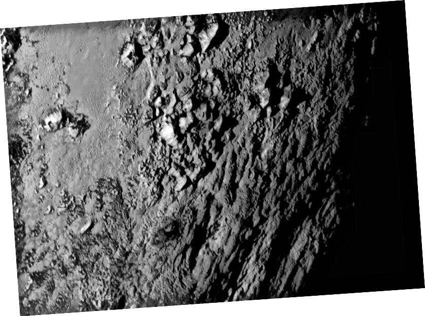 Pegunungan di Pluto dilihat oleh New Horizons. Kredit gambar: NASA-JHUAPL-SwRI