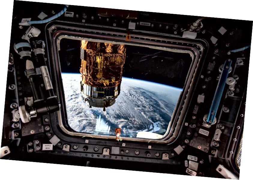 Theապոնիայի հետախուզական գործակալության H-II տրանսֆերային մեքենա -7-ը `տուփի ներսի պատուհանից դիտվելով դեպի աշխարհ, Տանեգաշիմա տիեզերական կենտրոնից գործարկելուց հետո ուղեծիրային համալիրով տեղափոխվեց: Այս նկարը նկարահանելու պահին, 2018 թվականի հոկտեմբերի 11-ին, կայանը թռչում էր Կանադայի ափերից մոտ 257 մղոն հեռավորության վրա ՝ Սուրբ Լորենս ծոցի վերևում: Լուսանկարը ՝ NASA