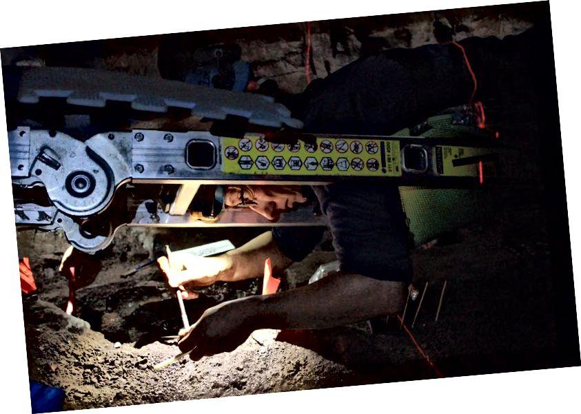 Becca Peixotto radi ispod ljestvi kako bi razumjela dio sljepanja jedinice iskopa. Foto: Elen Feuerriegel.