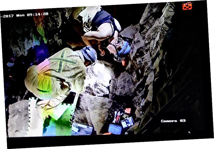 Elen Feuerriegel i Marina Elliott pregledavaju otkrivene skeletne ostatke u jedinici iskopa. Utvrđivanje tog područja i podizanje ostataka netaknutim prema šonjeru bit će velik zadatak. Foto: John Hawks