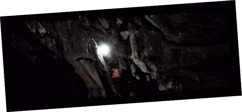 Marina Elliott gleda kroz uski dio prolaza do Limba. Foto: Becca Peixotto