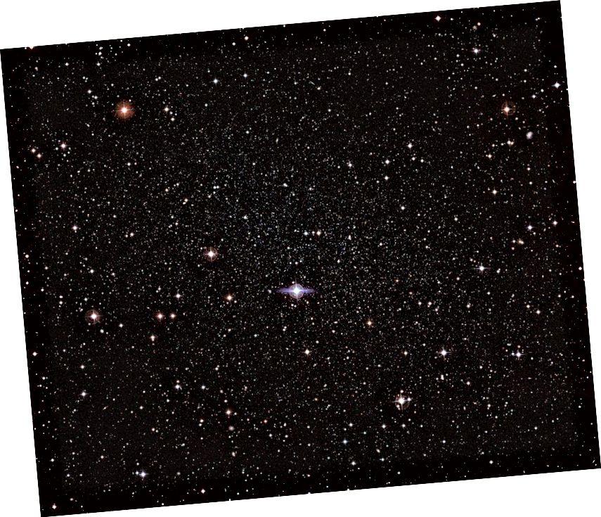 Patuljasta galaksija Carina, vrlo slična po veličini, distribuciji zvijezda i morfologiji patuljskoj galaksiji Draco, pokazuje vrlo različit gravitacijski profil od Draca. To se može jasno objasniti tamnom materijom ako se može ugrijati formiranjem zvijezda, ali ne i modificiranom gravitacijom. (ESO / G. BONO & CTIO)