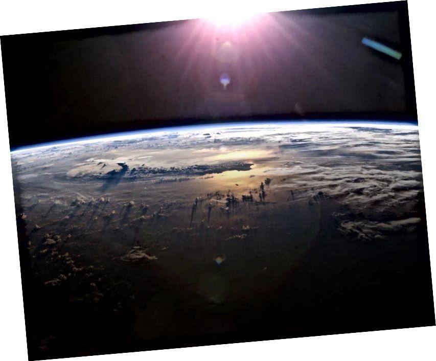 Tá aois chomhsheasmhach ag an nGrian, an Domhan, agus stair na beatha ar ár ndomhan inniu, ach ar ais ag deireadh na 1800í, thug an fhianaise d'aois an Domhain le fios go raibh sé i bhfad níos sine ná an Ghrian. Creidmheas íomhá: ISS Expedition 7 Crew, EOL, NASA.