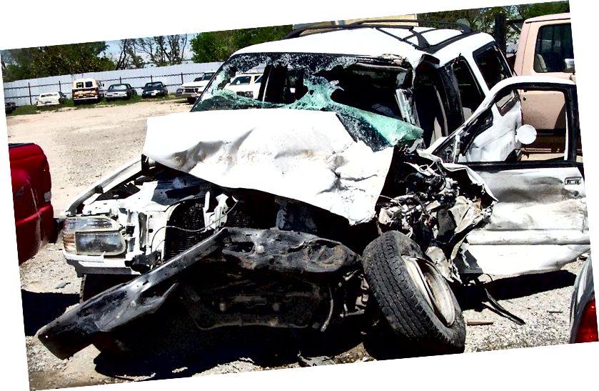 Annak ellenére, hogy egy kis százalékban élnek egy egyébként halálos balesetet, ha nem viselnék a biztonsági övet, az élet sokkal nagyobb részét megmentik az őket viselő ember. Becslések szerint további 15 000 haláleset évente az Egyesült Államokban, ha nem lennének biztonsági övek az autókban; ha mindenki rajta lenne, további 2500-kal kevesebb halál következne be. (US AIR FORCE)