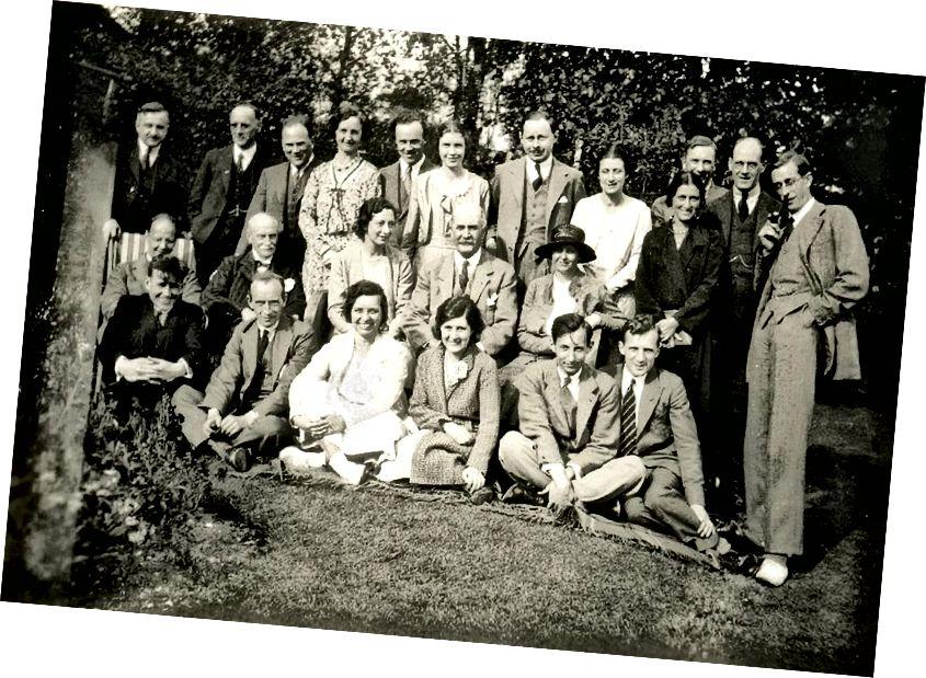 George Gamow, in piedi (con la pipa) a destra, nel laboratorio di Bragg nel 1930/1931. Credito d'immagine: Serge Lachinov.