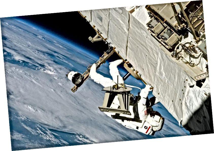 Астранаўт Пірс Дж. Прадаўцы, спецыяліст па місіі НАСА STS-121, перамяшчае кроквы на Міжнароднай касмічнай станцыі падчас трэцяй і апошняй сесіі звышвескулярнай дзейнасці місіі (EVA). Малюнак: НАСА.