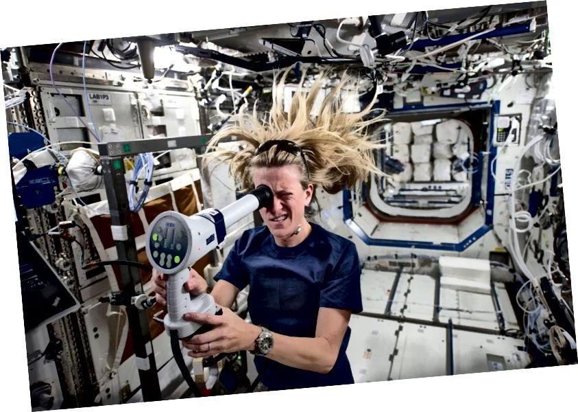 Астранаўт НАСА і інжынер-механік Карэн Нюберг, які знаходзіўся на МКС, выкарыстоўваючы фундаскоп, каб узяць паказанні на яго вачах. Малюнак: НАСА.