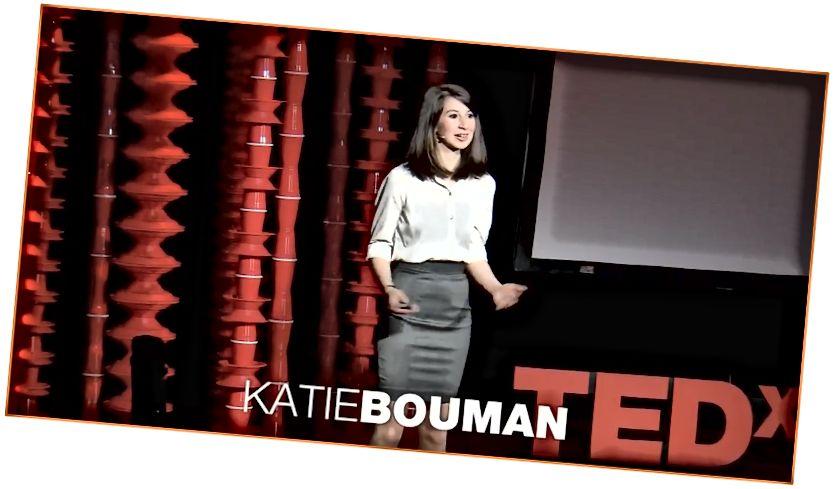 Кэці Буман тлумачыць, як сфатаграфаваць чорную дзірку падчас размовы пра TEDx 2017.
