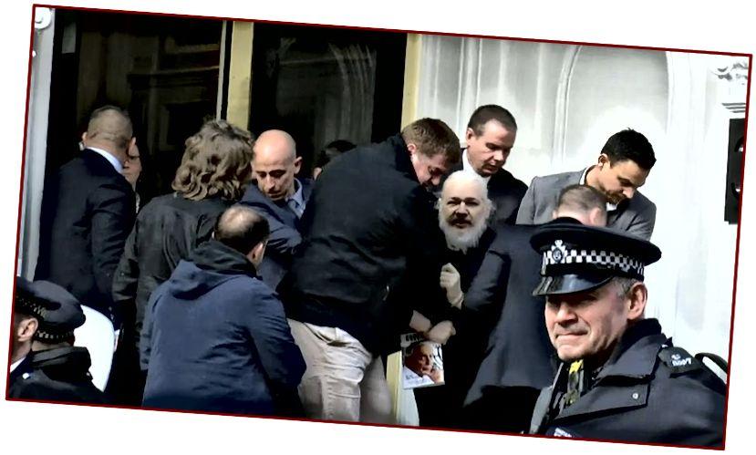 Setelah tujuh tahun suaka di sebuah ruangan kecil di Kedutaan Besar Ekuador di London, Assange yang kuyu dan berjenggot ditangkap dan dibawa pergi oleh otoritas Inggris — tidak diragukan lagi mempermalukan Assange yang dulu halus dan khas.