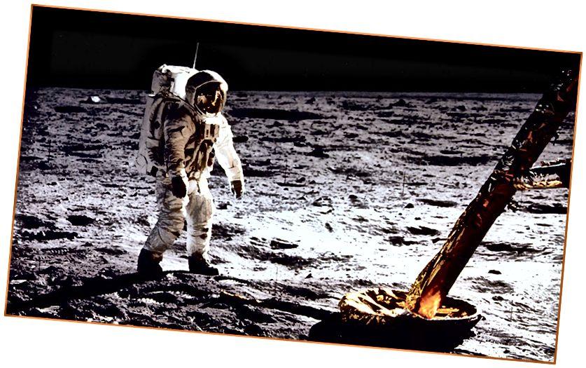 Зверху: выгляд Зямлі з Месяца, фотаздымак Апалона 11. Унізе: астранаўт Зямля ішоў па Месяцы ў 1969 годзе. Не, пасадкі на Месяц не маглі быць падробленымі, і вось чаму. Больш падрабязна пра складаную спадчыну Apollo 11 націсніце тут.