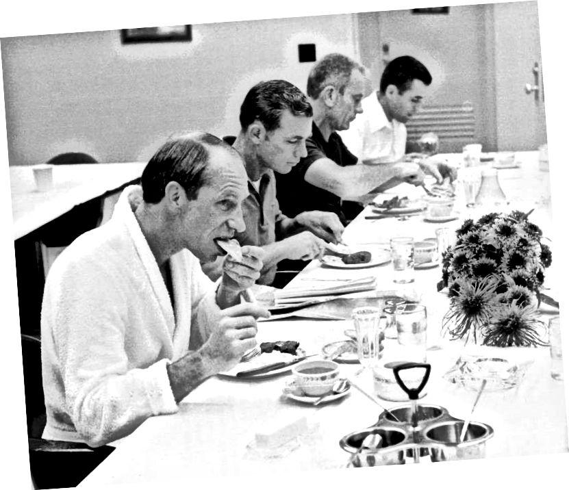 """""""Criú Apollo 15 ag bricfeasta steak agus uibheacha scrofa ar maidin imeachta - ó chlé Al Worden, Dave Scott, Deke Slayton, agus LM Pilot cúltaca Harrison Schmitt"""" - Creidmheas: NASA"""