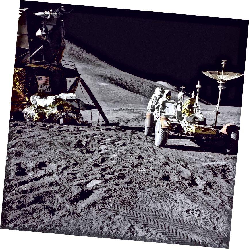 """""""Modúl Lunar Apollo 15 agus Rover"""" - Creidmheas: NASA"""