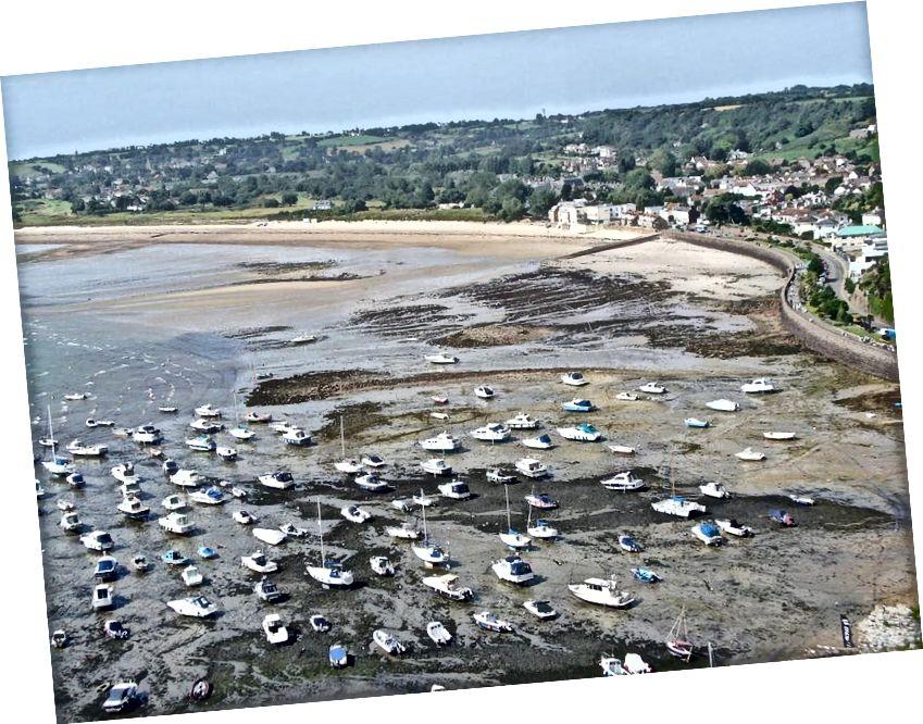 Gorey Harbour bei Ebbe, was den extremen Unterschied zwischen Flut und Ebbe in Buchten, Buchten und anderen flachen Küstenregionen hier auf der Erde veranschaulicht. Bildnachweis: Wikimedia Commons-Benutzer FoxyOrange.