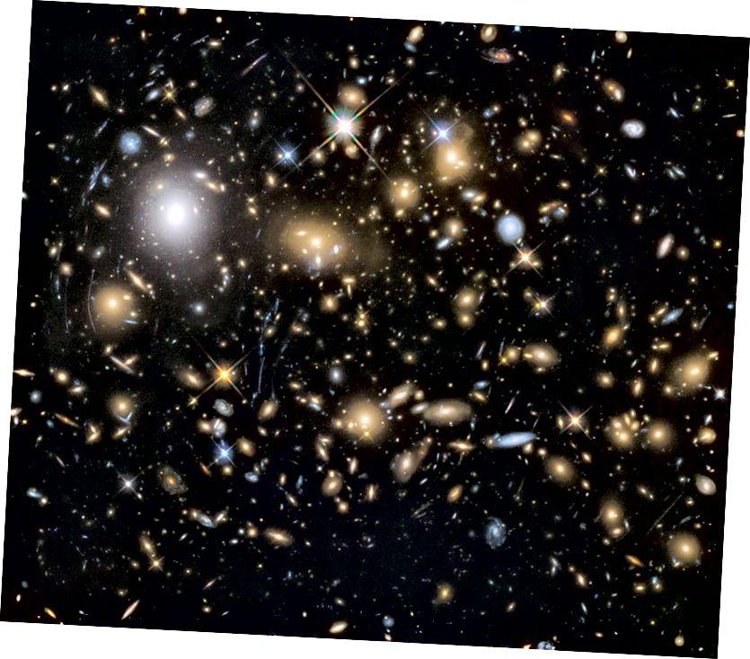 Ní mór an braisle réaltra MACSJ0717.5 + 3745 a dhéanamh d'ábhar díreach mar atáimid, nó bheadh fianaise ann go ndéanfaí díothú ábhair-fhrithmhéadair feadh na líne radhairc. (NASA, ESA agus foireann HST Frontier Fields (STScI))