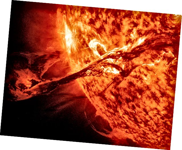 Duga nit je izbila na Suncu 31. kolovoza 2012. godine, a slikao ga je NASA-in Solar Dynamics Observatory (SDO)