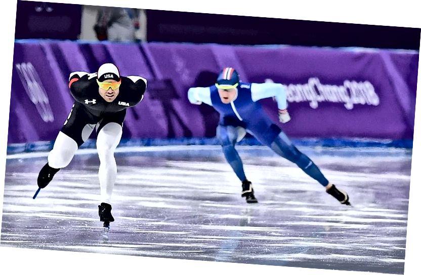 Der US-Amerikaner Joey Mantia (L) tritt bei den Olympischen Winterspielen 2018 gegen den Norweger Sverre Lunde Pedersen (R) beim 1.500-m-Eisschnelllauf an. Ob die Farbe des Anzugs etwas mit der Zeit eines Skaters zu tun hat, ist eine umstrittene, aber zweifelhafte Behauptung. Bildnachweis: Jung Yeon-Je / AFP / Getty Images.