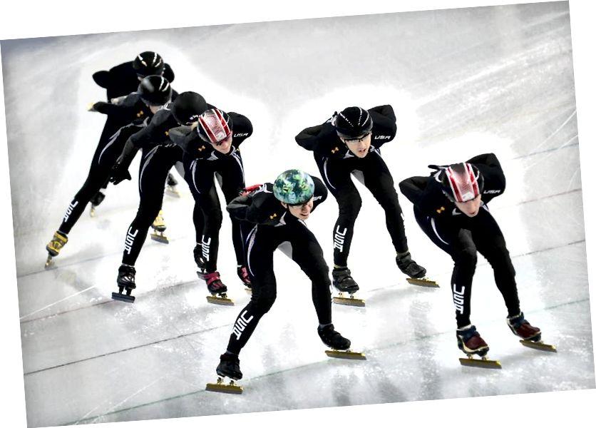 Mitglieder des US-Eisschnelllaufteams trainieren in ihren umstrittenen Skating-Anzügen für die Olympischen Spiele 2014. Die enttäuschenden Ergebnisse wurden teilweise auf die Anzüge zurückgeführt, obwohl es keine Beweise dafür gab, dass die Anzüge schuld waren. Bildnachweis: Alexander Nemenov / AFP / Getty Images.