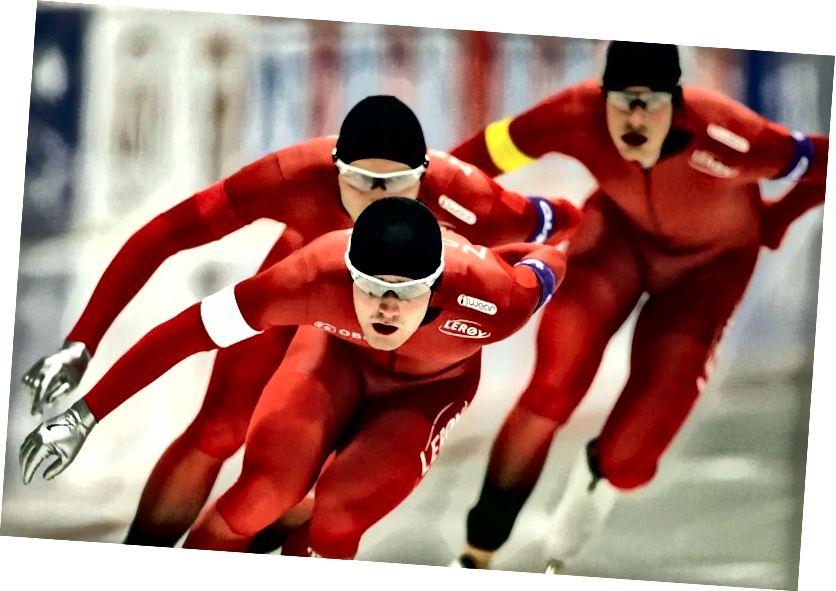 Seit einem Jahrhundert ist die Farbe Rot mit Norwegens Eisschnellläufern verbunden. Hier treten 2015 Sverre Lunde Petersen (WEISS), Havard Bokko (ROT) und Sindre Henriksen (GELB) während der ISU-Eisschnelllauf-Weltmeisterschaft in der Verfolgung der Herren an. Bildnachweis: Johannes Simon - ISU über Getty Images.