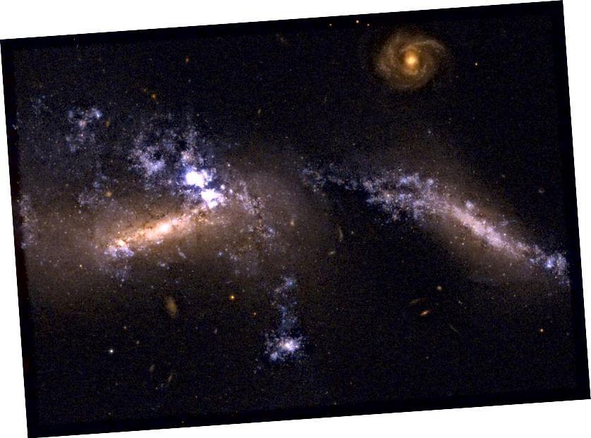 Formasi bintang, jembatan gas, dan galaksi berbentuk tidak teratur hanyalah beberapa fitur yang muncul di Hickson Compact Group 31. Grup kompak sering dapat menggambarkan bagaimana merger galaksi muncul dalam berbagai tahap dan keadaan. (NASA / STSCI / WIKISKY / HUBBLE DAN WIKIMEDIA COMMONS FRIENDLYSTAR)