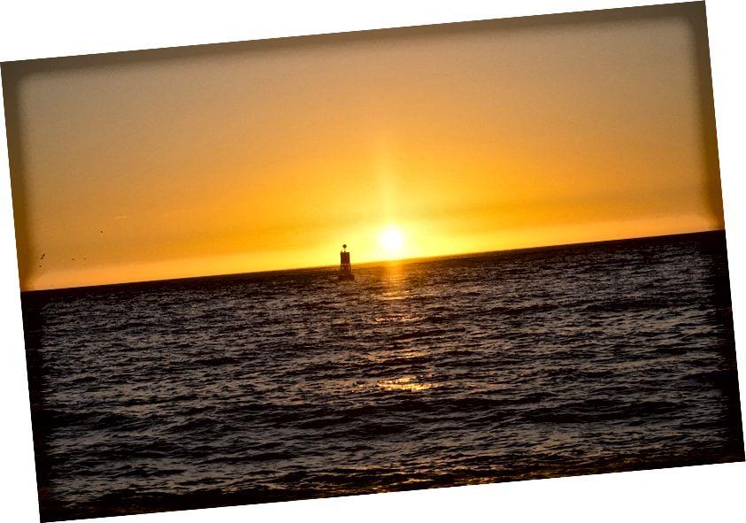Boj koji pluta oceanom, kad postignete pravu kombinaciju udaljenosti i visine nadmorske visine, omogućit će vam izračun veličine Zemlje. Kreditna slika: Max Pixel / FreeGreatPicture.com.