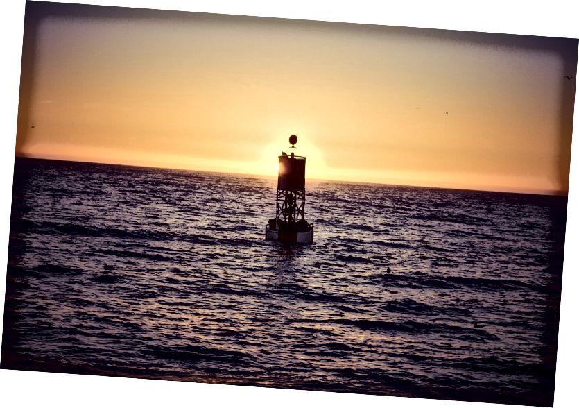 Kad ste na optimalnoj udaljenosti za mjerenje zakrivljenosti Zemlje, dno plutače bit će vidljivo desno na liniji horizonta. Za čovjeka na razini mora to nikad neće biti toliko kao šest kilometara od plutače. Kreditna slika: mark_az Pixabaya.