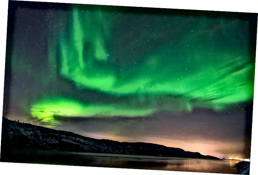 Аўрора Барэаліс або Паўночнае ззянне асвятляюць начное неба 12 лістапада 2015 года каля горада Кіркенес на поўначы Нарвегіі. (Джонатан Накстранд / AFP / Геці Імідж)