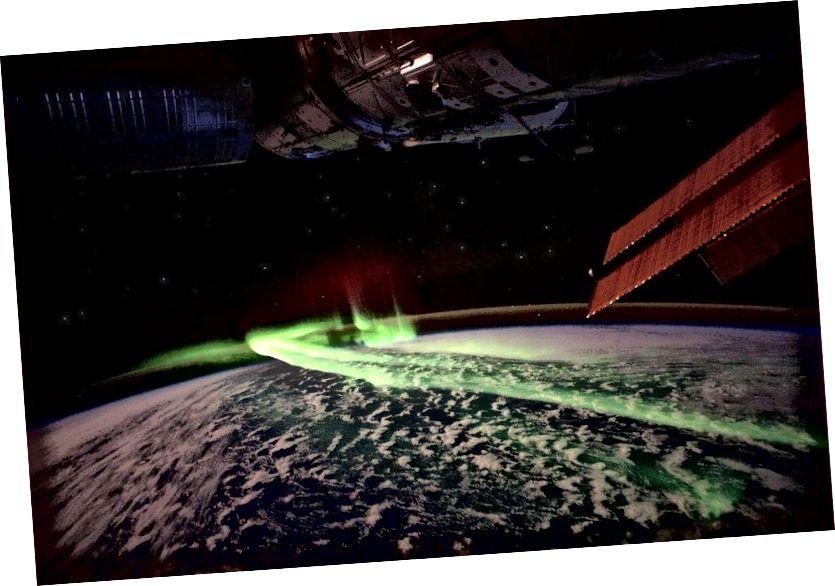 Аўрора Аўстраліс, як відаць з МКС, з'яўляецца адной з дзвюх асноўных Аўроры планеты. Зялёныя і зялёныя з'явы справа - прамянёвы слой натрыю і атмасферны кісларод над ім адпаведна. (ESA / NASA)