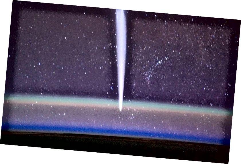 Камандзір экспедыцыі 30 МКС Дэн Бербанк зрабіў гэты вобраз каметы Лавейой з паветраным святлом на першым плане. Звярніце ўвагу на рознакаляровыя пласты і на тое, што яны адпавядаюць эмісійным лініям, якія ідуць ад элементаў і малекул на абранай вышыні. (НАСА / Дэн Бурбанк)